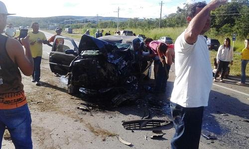 Carro frente totalmente destruída